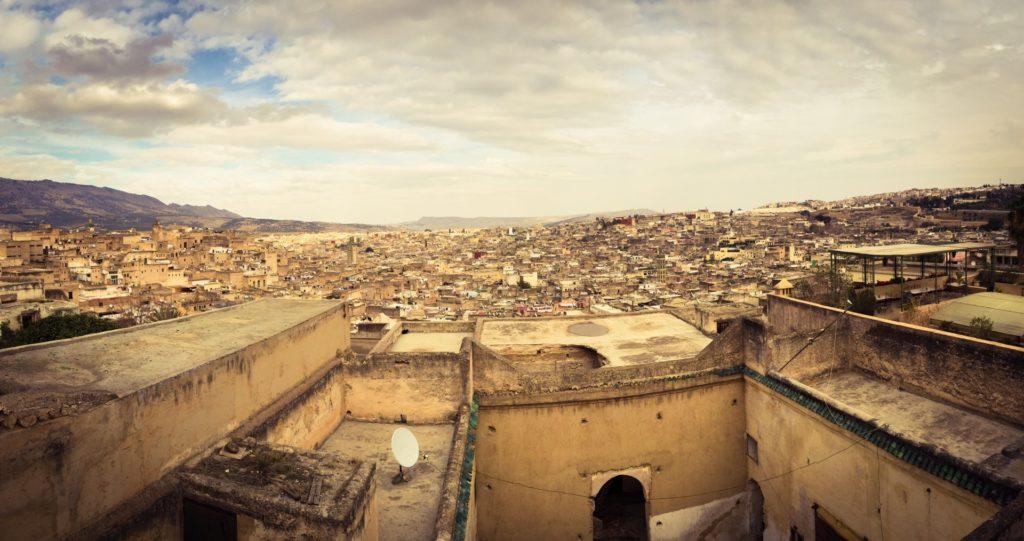 18 Widok z dachu hostelu, Rijadu na Old Medinę Fesu