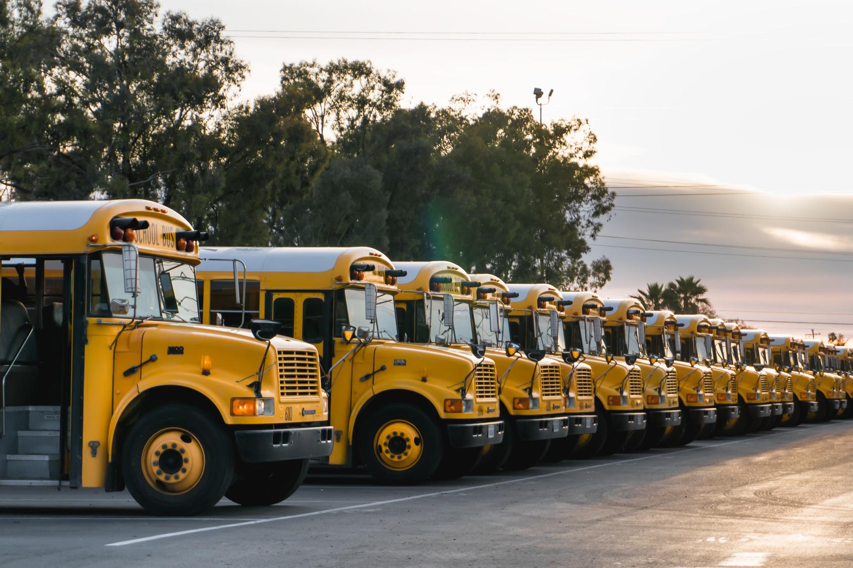 Żółty autobus w trasie Biuro podróży Goforworld by Kuźniar